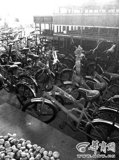万博体育手机版客户端办捐赠给西飞公司的2000辆自行车已于去年拉走,剩余200辆自行车放在公司游泳池内本报记者潘京摄